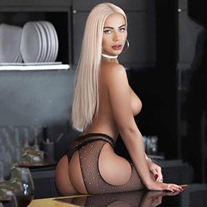 Hobbyhuren Frankfurt blondine Glorija besucht in Strapsen für Sex Gesichtsbesamung über Escortagentur