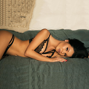 Sex Contacts Frankfurt am Main With Black Haired Glamor Escort Ladie Kate