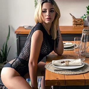 Edel Teen Prostituierte in FFM Messalina schlank schöne Titten Top Sex Service