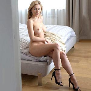 Junge schlanke Escort Hure Noomi mit großer Brüsten sucht Sex Abenteuer in Frankfurt